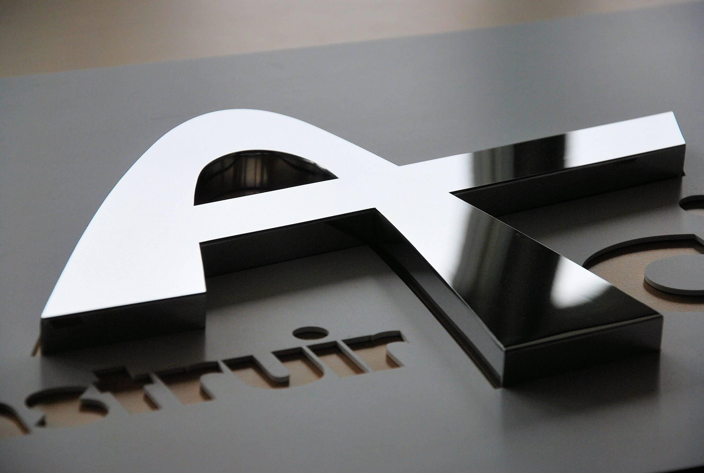 enseigne en inox poli miroir construir acier association