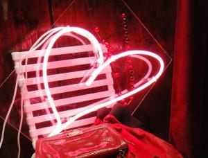 Joli coeur en néon rose