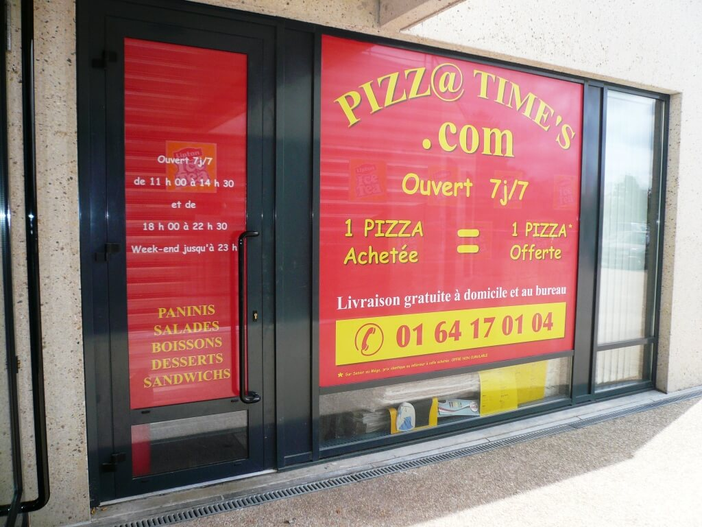 Adhésif vitrine restaurant Pizza Time's à Serris 77