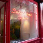 Enseigne neon Paris en vitrine