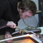 Enseigniste en cours de réalisation d'une enseigne lumineuse