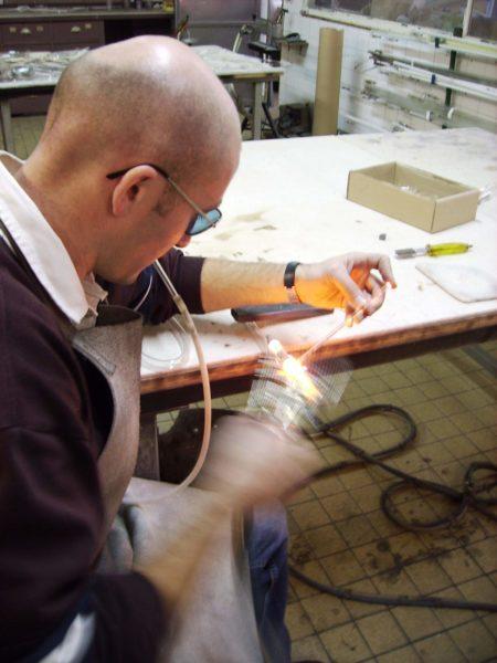 Enseigniste en cours de conception d'une enseigne lumineuse