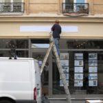 Enseigne en cours d'installation à Paris