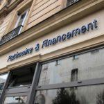 Belle vue de l'enseigne métal de Patrimoine & Financement Paris 3e