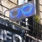 Lunette néon bleu en drapeau sur la facade