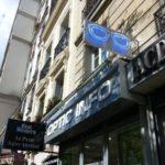 Lunette néon bleu vue de 3/4 et vue de la facade du magasin Optic InfoNation