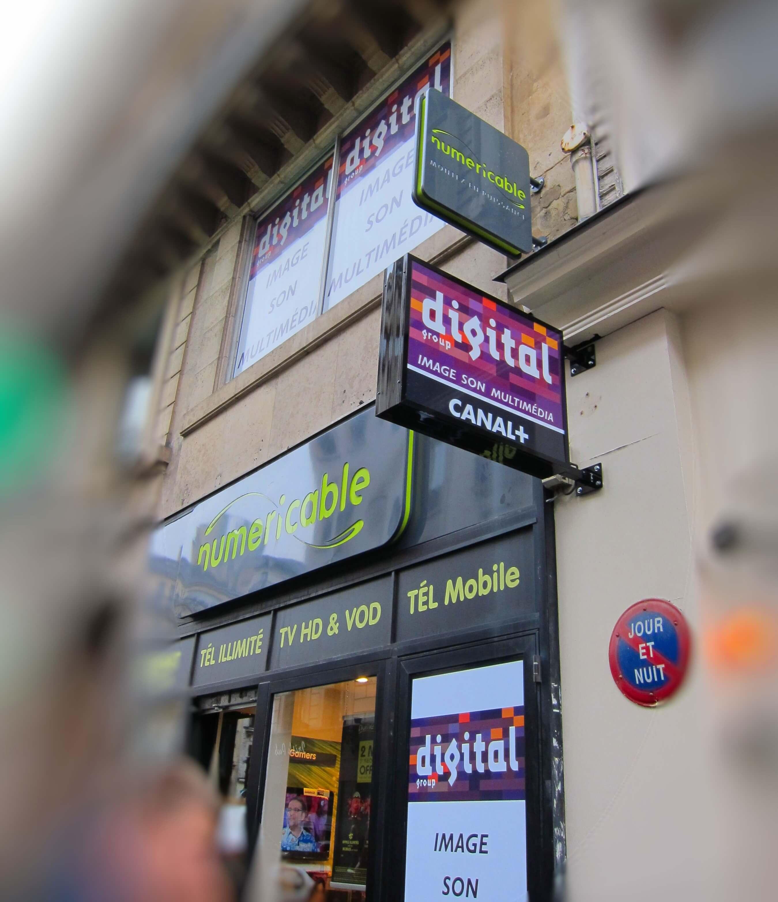 Enseigne pour boutique Numéricable Paris