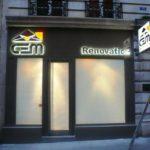 Enseigne lumineuse inox poli miroir pour agence de rénovation à Paris, avec rétro éclairage par led blanche