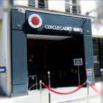 Enseigne lumineuse et habillage de la facade en bleu acier - Cercle de jeux Cadet Paris