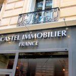Vue en détail des lettres inox éclairés par spot à led de l'agence immobilière Castel France à Paris