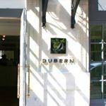 Logo et lettre en inox sur le mur de l'entrée du Restaurant Dubern de Bordeaux