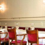 Tables de repas dans la salle à manger du Restaurant Dubern de Bordeaux