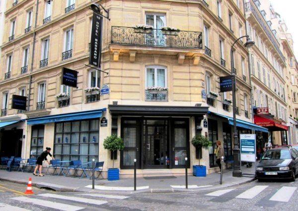 Vue de l'Hotel de la rue - Vue des 4 caissons lumineux et drapeau - Hotel Paris 4 etoiles Bassano