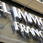 Vue en détail des lettres inox brossé de l'agence immobilière Castel France à Paris