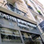 Vue en détail des lettres inox et caisson lumineux de l'agence immobilière Castel France à Paris