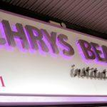 Détail de l'éclairage led mauve des lettres inox en relief - Institut Chrys Beauté