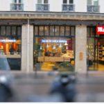 Vue des trois vitrines ainsi que des deux néons bleus et de l'enseigne - Café Malongo Paris