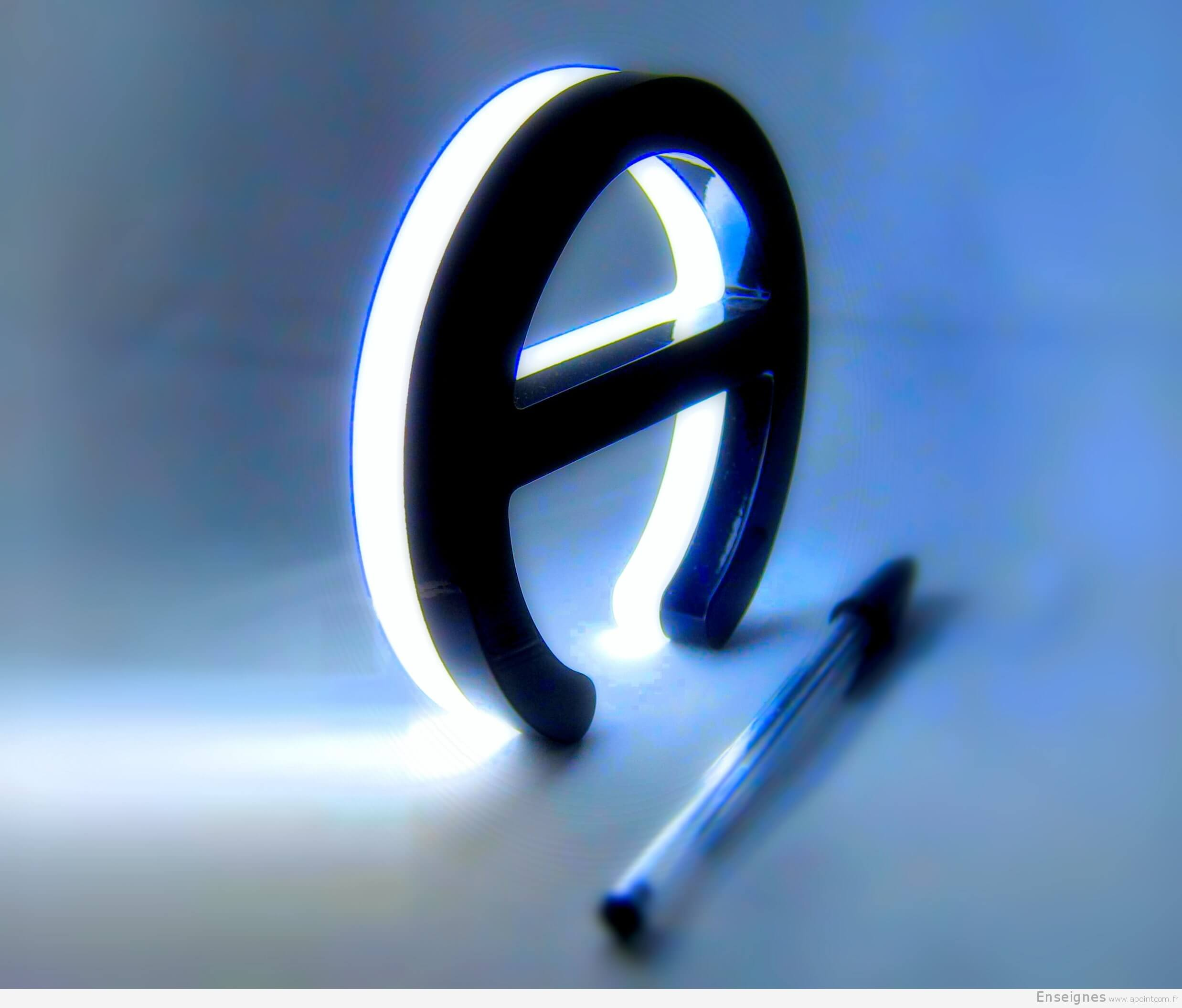 Fabrication lettre relief lumineuse en Plexiglas Paris