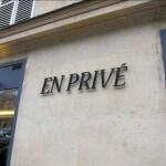 """Vue les 7 lettres qui composent le mot """"En Privé"""" fixées sur la façade du salon de coiffure"""