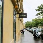 Drapeau vue de gauche (enseigne lumineuse de coiffieur à Paris)
