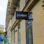 Drapeau (enseigne lumineuse de coiffieur à Paris)