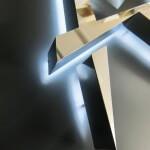 Détail de la lettre A stylisé éclairée par led blanche de l'agence immobilière Antares