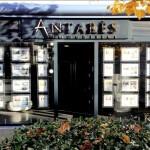 Vue de la facade et de l'enseigne a lettre inox de l'agence immobilière Antares de Carrières-sur-Seine