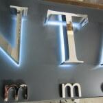 Détail des lettres inox de l'enseigne de l'agence immoblière Antares à Carrières-sur-seine (78)