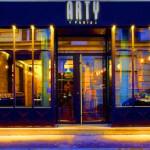 Enseigne et facade vue de nuit du restaurant ARTY de Paris Opéra