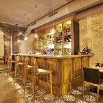 Un beau bar accueillant en bois précieux at restaurant ARTY de Paris Opéra