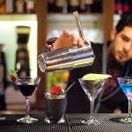 Barman préparant un cocktail au restaurant Arty de Paris Opéra