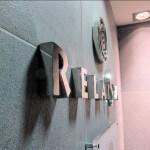 Détail du logo et lettres inox accueil, sur mur en marbre pour le Relais SPA de Roissy (95)
