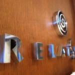"""Détail des lettres """"RELAIS SPA"""" et logo sur décors en bois pour le Relais SPA de Roissy (95)"""