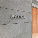 Mot SAUNA en lettre relief sur mur en marbre gris chez Relais SPA de Roissy (95)