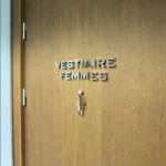 """Détail des lettres """"VESTIAIRE FEMME"""" et logo sur porte des toilettes pour le Relais SPA de Roissy (95)"""
