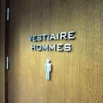 """Détail des lettres """"VESTIAIRE HOMME"""" et logo sur porte des toilettes pour le Relais SPA de Roissy (95)"""
