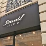 Vue de l'enseigne du salon de beauté Sourcil Studio de Paris