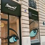Vue de l'enseigne et de la vitrine du salon de beauté Sourcil Studio de Paris