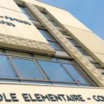 Vue de l'enseigne en arménien et de l'enseigne en français sur la façade du collège Kevork H. Arabian - Ecole Arménienne d'Alforville