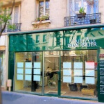 Vue de la route de la façade et enseigne lumineuse pour agence immobilière à Paris (Capital Immobilier)