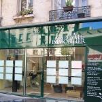 Vue de la vitrine de la façade et enseigne pour agence immobilière à Paris (Capital Immobilier)