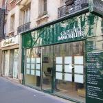 Vue d'ensemble de 3/4 de l'enseigne, du marquage et de la vitrine pour agence immobilière à Paris (Capital Immobilier)
