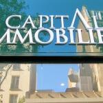 Vue d'ensemble des lettres blanches de l'enseigne pour agence immobilière à Paris (Capital Immobilier)