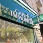 Détail enseigne lumineuse et caisson allumé pour agence immobilière à Paris (Capital Immobilier)