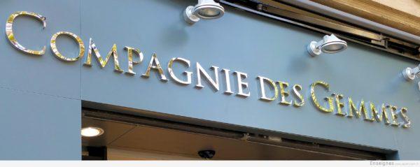 Détail lettre inox - Bijouterie joaillerie Paris - La Compagnie des Gemmes