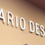Détail lettres inox sur mur intérieur au dessus des rayonnages - Mario Dessuti Alesia