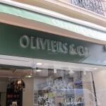 Détail des lettres inox éclairées par l'arrière - Magasin Oliviers & Co