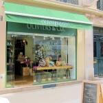 Vue de la vitrine, de l'enseigne lumineuse et du store banne - Magasin Oliviers & Co