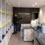 Le Club Gourmet - Traiteur : détail enseigne intérieur et gérant